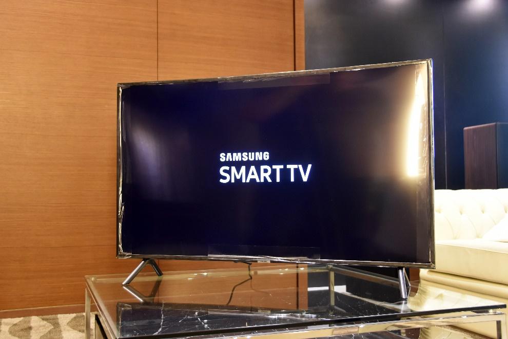 很夯的曲面電視又來了!三星 49RU7300 4K 曲面電視微開箱!